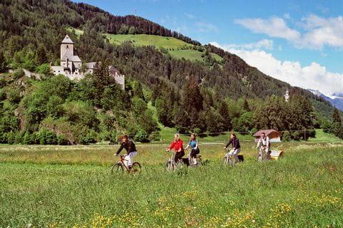 Radfahrer vor Burg