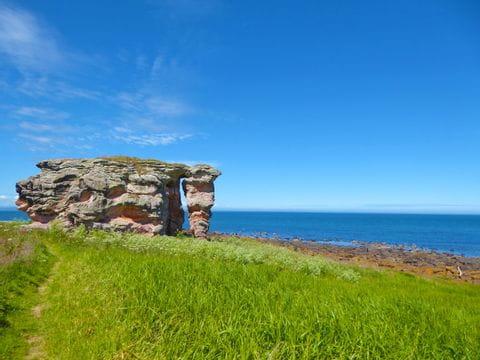 Steinformation am Küstenwanderweg in Schottland