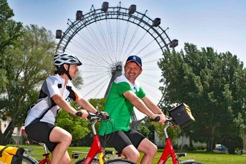 Radfahrer vor dem Wiener Riesenrad