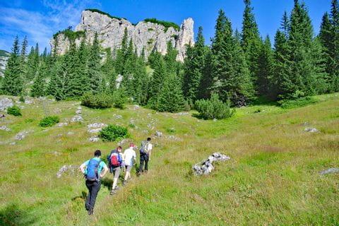 Wanderer auf einem Höhenweg im Durmitor Gebirge