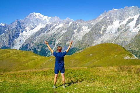Wanderin genießt Bergpanorama auf der Tour du Mont Blanc