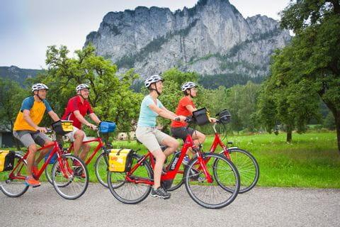 Radfahrer vor der Drachenwand