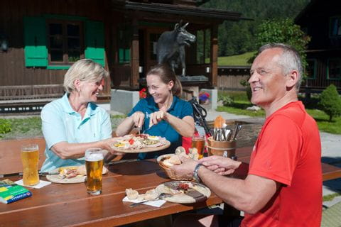 Hiking break with traditional dishes at Blaa alp