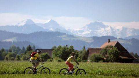 Aare-Route-mit-Eiger,-Moench-und-Jungfrau-Emmental