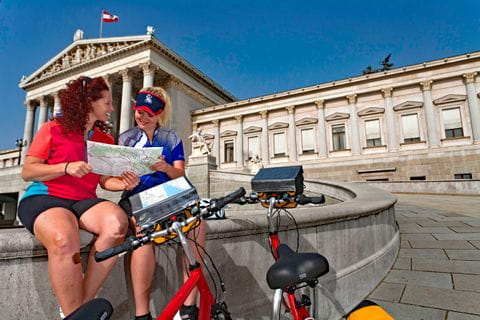 Zwei Radfahrerinnen vor Parlament in Wien