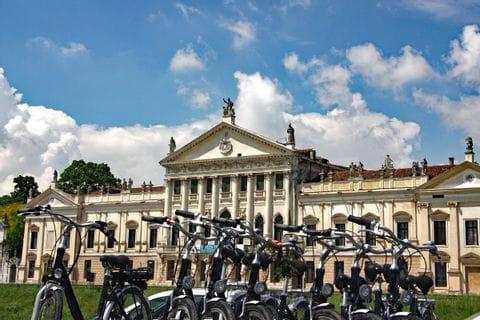 Räder vor der Villa Nazionale