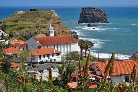 Blick auf den Küstenort Porto da Cruz