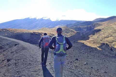 Einsame Wanderwege entlang der schwarzen Lavafelder des Ätnas