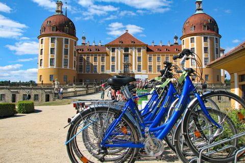 Fahrräder vor Schloss in Dresden