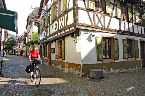Radelnd durch die Altstadt von Neustadt an der Weinstraße