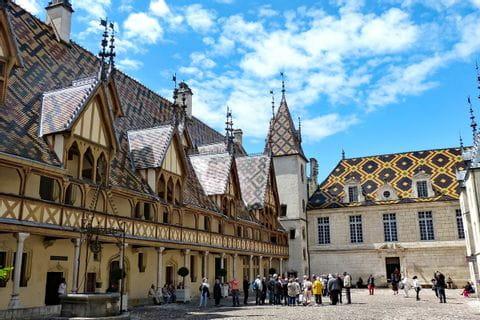 Schoene Stadt Beaune als Wanderstartpunkt