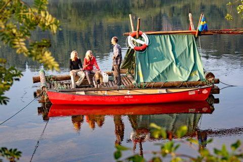 Ausblick vom Ufer auf das Floss in Schweden