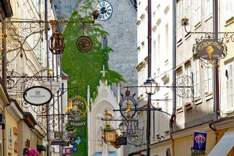 Geschäftsschilder in der Getreidegasse in Salzburg