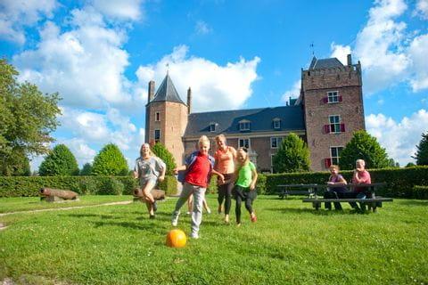 Kinder spielen Fußball am Spielplatz in Heemskerk