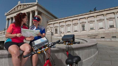 Radfahrer vor dem Parlament in Wien