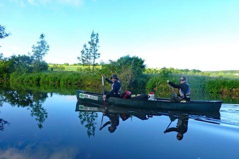 Kanuten paddlen auf der Altmühl