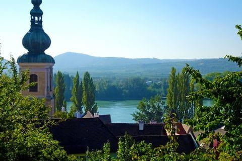 Krems mit der Donau im Hintergrund
