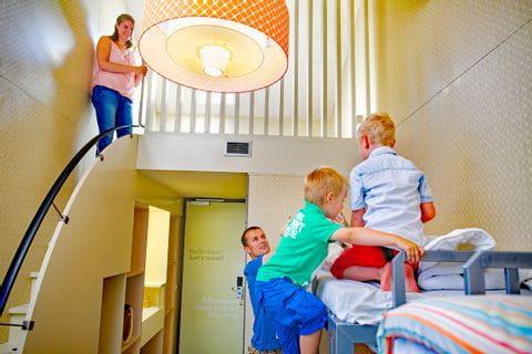 Familie im Zimmer im Hotel in Holland