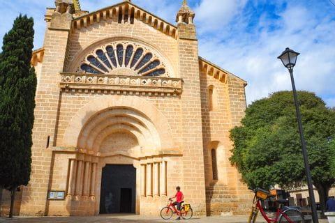 Radler vor der Kirche in Son Carrio