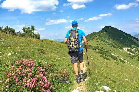 Wanderer mit Blick auf die Osterhorngruppe