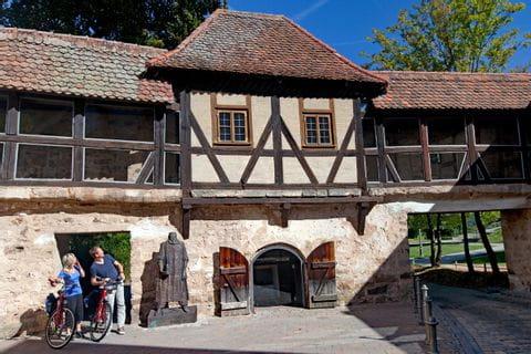 Radler vor Fachwerkhaus in Ansbach
