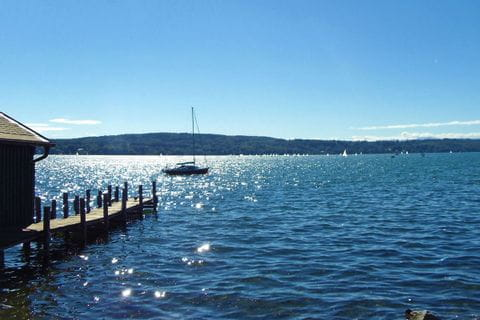 Wanderrast mit Aussicht auf den Starnberger See mit Segelbooten