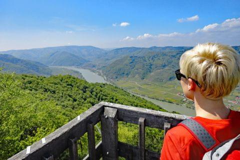 Wanderer mit Ausblick auf die Donau