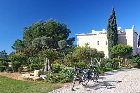 Räder vor dem Start der Tour vor dem Hotel Suites Alba