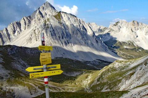 Wegweiser im Hochalpinen Raum mit Bergkuilisse