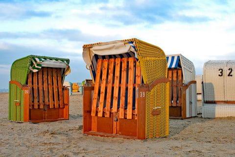 Strandkörbe am Meer in Ostfriesland
