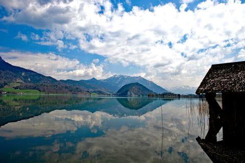 Berg spiegelt sich im klaren Wolfgangsee