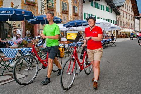 Eurobike Radler im Ortszentrum von Mittenwald