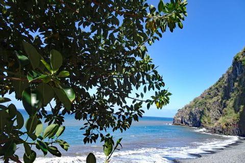 Blick auf einsamen Strand auf Madeira