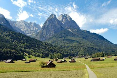 Wanderlandschaft mit Blick auf Wanderwege und Berge
