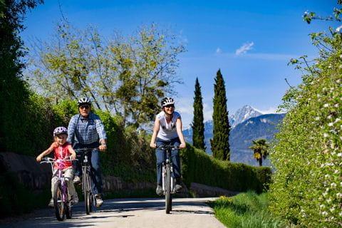Familie radelt in Südtirol