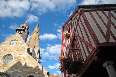 Wanderpause und Stadtbesichtigung in Frankreich