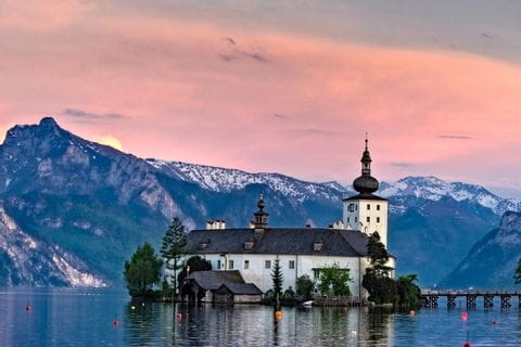 Schloss Orth am Traunsee mit Sonnenuntergang