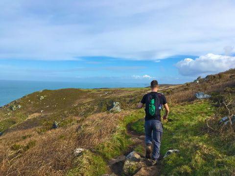 Wanderer unterwegs am südwestlichen Küstenweg in Cornwall