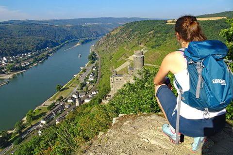 Panoramablick mit Wanderer am Rheinsteig