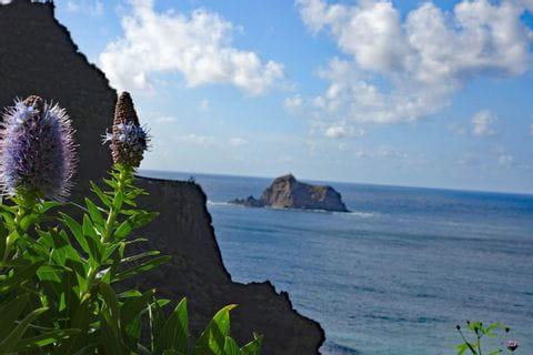 Blick entlang der Küste und hinaus aufs offene Meer
