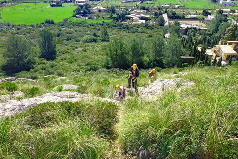 Trekkingausflug in der steinigen Landschaft von Mallorca