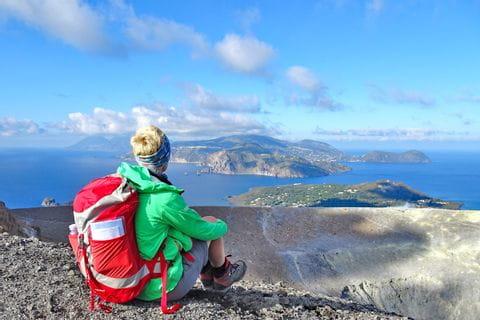 Wanderrast mit Meerblick vom Rand des Kraters auf Vulcano