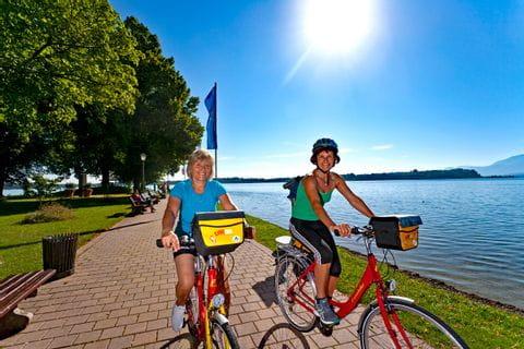 Radfahrer am sonnigen Ufer des Chiemsees