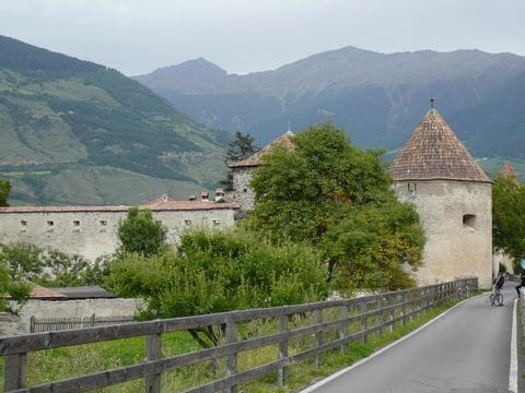 Radweg vorbei an der Stadtmauer in Glurns