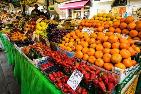 Gemüsemarkt mit frischem Obst