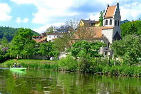 Ausblick von der Altmühl auf das romantische Dorf