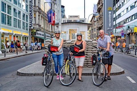 Radfahrer beim Check Point Charly in Berlin