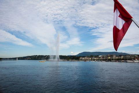 Genfer See mit schweizer Flagge