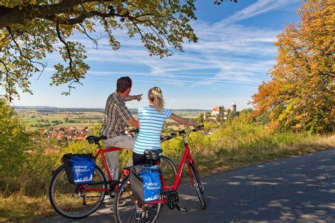 Radfahrer blicken auf Colmberg