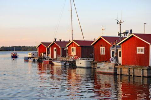 Bootshäuser am Meer